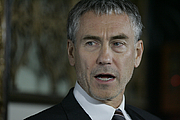 """Autoren-Bild. Tony Gilroy at the The Bourne Legacy red carpet premiere at State Theatre, Sydney, Australia By Eva Rinaldi - Tony Gilroy, CC BY-SA 2.0, <a href=""""//commons.wikimedia.org/w/index.php?curid=24790771"""" rel=""""nofollow"""" target=""""_top"""">https://commons.wikimedia.org/w/index.php?curid=24790771</a>"""