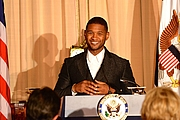 Forfatter foto. By U.S. Department of State from United States - American Artist Usher Delivers Remarks at the 2015 Kennedy Center Honors Dinner in Washington, Public Domain
