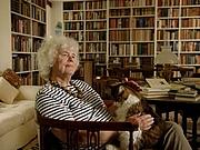Kirjailijan kuva. Jan Morris, books and cat.