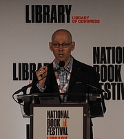 """Foto de l'autor. reading at the National Book Festival, Washington, D.C. By slowking4 - Own work, GFDL 1.2, <a href=""""https://commons.wikimedia.org/w/index.php?curid=72267021"""" rel=""""nofollow"""" target=""""_top"""">https://commons.wikimedia.org/w/index.php?curid=72267021</a>"""