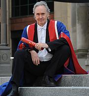 Kirjailijan kuva. Honorary Graduation with Doctorate of Arts from Edinburgh Napier University. Credit: Wikipedia author JN1550.