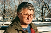 Författarporträtt. Steve Tesich - Photograph taken in front of the Goodman Theatre, Chicago, in the winter of 1991, after the interview with Dejan Stojanovic.
