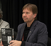 """Fotografia de autor. Robert Matzen at BookExpo at the Javits Center in New York City, May 2019. By Rhododendrites - Own work, CC BY-SA 4.0, <a href=""""https://commons.wikimedia.org/w/index.php?curid=79387601"""" rel=""""nofollow"""" target=""""_top"""">https://commons.wikimedia.org/w/index.php?curid=79387601</a>"""
