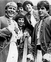 """Fotografia de autor. Publicity photo of Paul Revere and the Raiders. From left: Paul Revere, Mike """"Smitty"""" Smith, Phil """"Fang"""" Volk, Mark Lindsay, Drake Levin. By Perenchio Artists, Inc. Los Angeles. (management) - eBay itemphoto frontphoto back, Public Domain, <a href=""""https://commons.wikimedia.org/w/index.php?curid=21895835"""" rel=""""nofollow"""" target=""""_top"""">https://commons.wikimedia.org/w/index.php?curid=21895835</a>"""