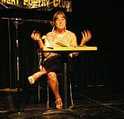 Foto de l'autor. Alicia Suskin Ostriker (1937-     ) Alicia Ostriker howling: remembering Allen Ginsberg. Photo by David Shankbone, Aug. 19, 2006, Bowery Poetry Club, New York City