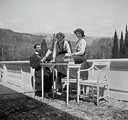Foto do autor. Wikipedia, Grand Duchesses Olga and Tatiana Nikolaevna of Russia with their tutor, Pierre Gilliard
