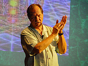 """Foto do autor. Vogler lectures in Tel Aviv (2014) By Etan J. Tal - Own work, CC BY-SA 3.0, <a href=""""//commons.wikimedia.org/w/index.php?curid=36364577"""" rel=""""nofollow"""" target=""""_top"""">https://commons.wikimedia.org/w/index.php?curid=36364577</a>"""