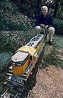 Foto de l'autor. Ollie Johnston running his backyard train ~ Photo by J. E. Nystrom, 1993