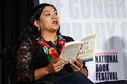 """Fotografia de autor. Reyna Grande speaks on the panel """"From Many, One–Immigration Memoirs,"""" on the Understanding Our World Stage at the National Book Festival, August 31, 2019. Photo by Shawn Miller/Library of Congress. By Library of Congress Life - 20190831SM0974.jpg, CC0, <a href=""""https://commons.wikimedia.org/w/index.php?curid=82899295"""" rel=""""nofollow"""" target=""""_top"""">https://commons.wikimedia.org/w/index.php?curid=82899295</a>"""