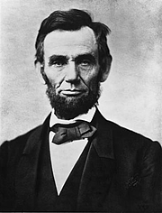 """Foto auteur. Photograph by Alexander Gardner, 1863.<br> Via <a href=""""http://commons.wikimedia.org/wiki/Image:Abraham_Lincoln_head_on_shoulders_photo_portrait.jpg"""">Wikimedia Commons</a>"""