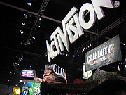 "Fotografia de autor. Activision booth at E3 2005, photo by Phu ""Son"" Nguyen"
