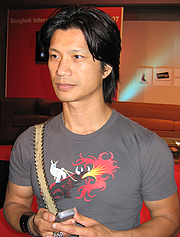 """Forfatter foto. Vietnamese-American actor Dustin Nguyen at a press conference for The Rebel at the 2007 Bangkok International Film Festival at SF World in CentralWorld, Bangkok. By Wisekwai - Own work, CC BY-SA 3.0, <a href=""""//commons.wikimedia.org/w/index.php?curid=2488363"""" rel=""""nofollow"""" target=""""_top"""">https://commons.wikimedia.org/w/index.php?curid=2488363</a>"""