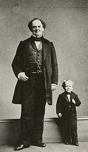 """Fotografia de autor. """"Barnum and Commodore Nut"""", photo by Charles DeForest Fredricks<br>Courtesy of the <a href=""""http://digitalgallery.nypl.org/nypldigital/id?120357"""">NYPL Digital Gallery</a><br>(image use requires permission from the New York Public Library)"""