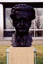 Fotografia de autor. Bust of Hugh MacDiarmid, South Gyle, Scotland.  Photo by user  MacRusgail / English Wikipedia.