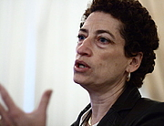 Fotografia de autor. Naomi Oreskes, during a presentation at the 2008 History of Science Society meeting. Credit: Wikipedia author Ragesoss.