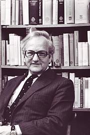 Foto do autor. R.W. Burchfield in June 1972 [credit: OED Archives]