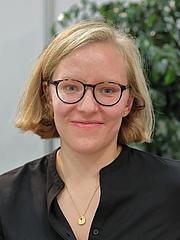 """Forfatter foto. Die österreichische Autorin Raphaela Edelbauer auf der Wiener Buchmesse 2019. By Bwag - Own work, CC BY-SA 4.0, <a href=""""https://commons.wikimedia.org/w/index.php?curid=83801235"""" rel=""""nofollow"""" target=""""_top"""">https://commons.wikimedia.org/w/index.php?curid=83801235</a>"""