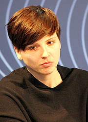 """Fotografia de autor. Dorothee Elmiger, Leipzig Bookfair 2014 By Lesekreis - Own work, CC0, <a href=""""https://commons.wikimedia.org/w/index.php?curid=31648463"""" rel=""""nofollow"""" target=""""_top"""">https://commons.wikimedia.org/w/index.php?curid=31648463</a>"""