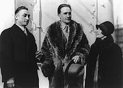 Författarporträtt. Leon Hartt, Marcel Duchamp (center), and Mrs. Hartt: Library of Congress Prints and Photographs Division, George Grantham Bain Collection (REPRODUCTION NUMBER:  LC-USZ62-63273)