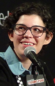 """Foto de l'autor. Rebecca Sugar speaking at the Cartoon Network Presents: CN Anythingǃ panel at the 2014 New York Comic Con. Photo by Peter Dzubay <a href=""""https://commons.wikimedia.org/wiki/File:Rebecca_Sugar_Speaking_at_New_York_Comic_Con_2014_-_Peter_Dzubay.jpeg"""" rel=""""nofollow"""" target=""""_top"""">https://commons.wikimedia.org/wiki/File:Rebecca_Sugar_Speaking_at_New_York_Comic...</a>"""