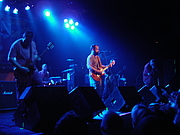 """Fotografia de autor. Photo of Clutch playing at en:First Avenue, Minneapolis, MN on May 17, 2007. Tweil 18:33, 2 July 2007 (UTC) By Tweil at English Wikipedia - Transferred from en.wikipedia to Commons., Public Domain, <a href=""""https://commons.wikimedia.org/w/index.php?curid=2945544"""" rel=""""nofollow"""" target=""""_top"""">https://commons.wikimedia.org/w/index.php?curid=2945544</a>"""