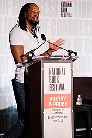 """Forfatter foto. Jericho Brown introduces the Poetry Out Loud winners at the National Book Festival, August 31, 2019. Photo by Kimberly T. Powell/Library of CongressBy Library of Congress Life - 20190831KP0061.jpg, CC0, <a href=""""https://commons.wikimedia.org/w/index.php?curid=82899149"""" rel=""""nofollow"""" target=""""_top"""">https://commons.wikimedia.org/w/index.php?curid=82899149</a>"""