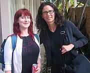 """Fotografia de autor. Carolyn Kellogg and Nina Revoyr (right)<br> at 2007 LA Times Festival of Books<br>  Copyright © 2007 <a href=""""http://ronhogan.tumblr.com"""">Ron Hogan</a>"""