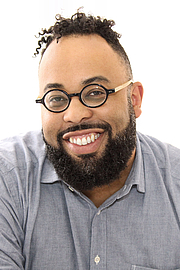 """Foto do autor. Author Kevin Young at the 2017 Texas Book Festival. By Larry D. Moore, CC BY-SA 4.0, <a href=""""https://commons.wikimedia.org/w/index.php?curid=63931377"""" rel=""""nofollow"""" target=""""_top"""">https://commons.wikimedia.org/w/index.php?curid=63931377</a>"""