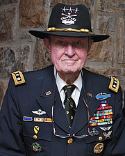 """Författarporträtt. LTG(R) Hal Moore at the United States Military Academy at West Point on 10 May 2010 By Ahodges7 - Own work, CC BY-SA 3.0, <a href=""""https://commons.wikimedia.org/w/index.php?curid=10298363"""" rel=""""nofollow"""" target=""""_top"""">https://commons.wikimedia.org/w/index.php?curid=10298363</a>"""