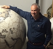 "Fotografia dell'autore. Tim Marshall (a British journalist and author) at Bellerby & Co, Globemakers in front of The Churchill Globe. By Ollie Dewis - Own work by the original uploader, CC BY 2.0, <a href=""https://commons.wikimedia.org/w/index.php?curid=63895903"" rel=""nofollow"" target=""_top"">https://commons.wikimedia.org/w/index.php?curid=63895903</a>"
