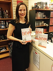Foto de l'autor. Ruth Clare signing books at Dymocks in Sydney