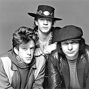 """Foto do autor. Double Trouble in 1983. From left to right: Chris Layton, Vaughan and Tommy Shannon. By Don Hunstein - MTV, Public Domain, <a href=""""https://commons.wikimedia.org/w/index.php?curid=31797491"""" rel=""""nofollow"""" target=""""_top"""">https://commons.wikimedia.org/w/index.php?curid=31797491</a>"""