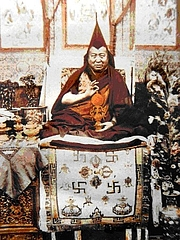 "Autoren-Bild. Je Pabongka By Unknown - Tibet Historical Society, CC BY-SA 3.0, <a href=""https://commons.wikimedia.org/w/index.php?curid=7626411"" rel=""nofollow"" target=""_top"">https://commons.wikimedia.org/w/index.php?curid=7626411</a>"