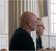 """Foto do autor. Brian McLaren (foreground) and Tony Jones, Yale Theological Conversation, Yale Divinity School, February 2006; Photograph: Virgil Vaduva CC BY 2.5, <a href=""""//en.wikipedia.org/w/index.php?curid=8898590"""" rel=""""nofollow"""" target=""""_top"""">https://en.wikipedia.org/w/index.php?curid=8898590</a>"""