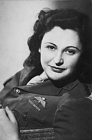 Författarporträtt. Studio portrait of Nancy Wake c. 1945
