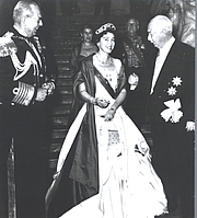 Kirjailijan kuva. Wikipedia, Queen Friederike of Greece with her husband King Paul I. and Bundespräsident Theodor Heuss at a State visit 1954 in Germany
