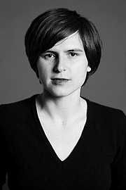 "Foto do autor. Portrait of Judith Schalansky by Petra Kossmann. Taken from <a href=""http://www.atlas-der-abgelegenen-inseln.de/downloads/23/jschalansky.jpg"" rel=""nofollow"" target=""_top"">http://www.atlas-der-abgelegenen-inseln.de/downloads/23/jschalansky.jpg</a>."