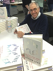 Photo de l'auteur(-trice). Steven Levy at a book signing at Nest Labs in Palo Alto, February 2014 [credit: John A. Vink]