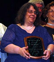 Fotografia de autor. Wen Spencer, accepting the Campbell Award at Torcon 3, the World Science Fiction Convention (Worldcon). Photo taken at the Hugo Award ceremony. Photo by David Brukman Date30 August 2003