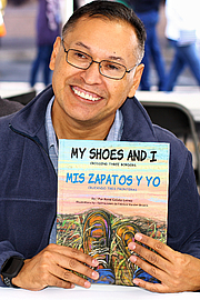 "Foto del autor. Author René Colato Laínez at the 2019 Texas Book Festival in Austin, Texas, United States. By Larry D. Moore, CC BY-SA 4.0, <a href=""https://commons.wikimedia.org/w/index.php?curid=83461724"" rel=""nofollow"" target=""_top"">https://commons.wikimedia.org/w/index.php?curid=83461724</a>"