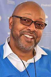"Foto de l'autor. Author Leonard Pitts, Jr. at the 2015 Texas Book Festival. By Larry D. Moore, CC BY-SA 4.0, <a href=""https://commons.wikimedia.org/w/index.php?curid=44329378"" rel=""nofollow"" target=""_top"">https://commons.wikimedia.org/w/index.php?curid=44329378</a>"