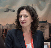 "Fotografia de autor. Caitlin Zaloom at BookExpo at the Javits Center in New York City, May 2019. By Rhododendrites - Own work, CC BY-SA 4.0, <a href=""https://commons.wikimedia.org/w/index.php?curid=79387528"" rel=""nofollow"" target=""_top"">https://commons.wikimedia.org/w/index.php?curid=79387528</a>"