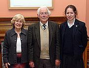 Kirjailijan kuva. Malcolm Lyons (center) Oundle School