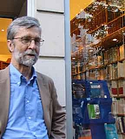 Foto do autor. Philosopher John McDowell in Paris, Oct 2007, in front of the Librairie Philosophique J. Vrin. Photograph by A.Zielinska