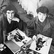 Fotografia de autor. Janet and Anne Grahame Johnstone at work in their studio at Badingham