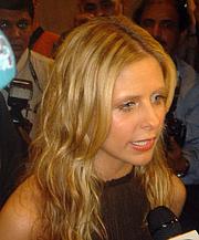 Fotografia de autor. Sarah Michelle Gellar at the Dubai International Film Festival 2004 [source: Saudi via Wikipedia]