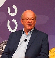 """Foto do autor. reading at National Book Festival By Slowking4 - Own work, GFDL 1.2, <a href=""""https://commons.wikimedia.org/w/index.php?curid=62180256"""" rel=""""nofollow"""" target=""""_top"""">https://commons.wikimedia.org/w/index.php?curid=62180256</a>"""