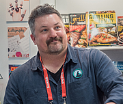 "Fotografia de autor. David Mizejewski at BookExpo at the Javits Center in New York City, May 2019. By Rhododendrites - Own work, CC BY-SA 4.0, <a href=""https://commons.wikimedia.org/w/index.php?curid=79387536"" rel=""nofollow"" target=""_top"">https://commons.wikimedia.org/w/index.php?curid=79387536</a>"