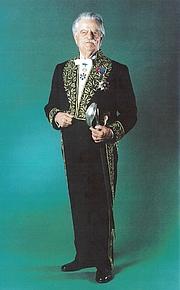 Foto de l'autor. Robert Étienne en 2000 dans son habit d'académicien (Inscriptions et Belles-Lettres)