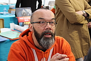 """Foto do autor. Tai Marc Le Thanh au Festival Le Livre à Metz, le 24 avril 2016. By ActuaLitté - <a href=""""//www.flickr.com/photos/actualitte/26012227483/in/dateposted-public/"""" rel=""""nofollow"""" target=""""_top"""">https://www.flickr.com/photos/actualitte/26012227483/in/dateposted-public/</a>, CC BY-SA 2.0, <a href=""""//commons.wikimedia.org/w/index.php?curid=48510968"""" rel=""""nofollow"""" target=""""_top"""">https://commons.wikimedia.org/w/index.php?curid=48510968</a>"""
